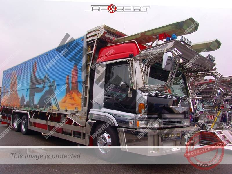 "Photo of MITSUBISHI FUSO Super great, Art truck Boxcar, team ""Aishukai"", Aishukankou with Yazawa Eikichi paint"