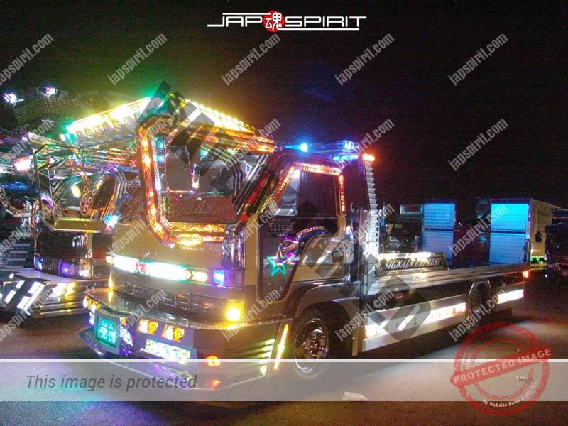 Signal of TMT works, ISUZU Elf, self loader type art truck. Shrine gate air brush paint on the back of cock pit (4)