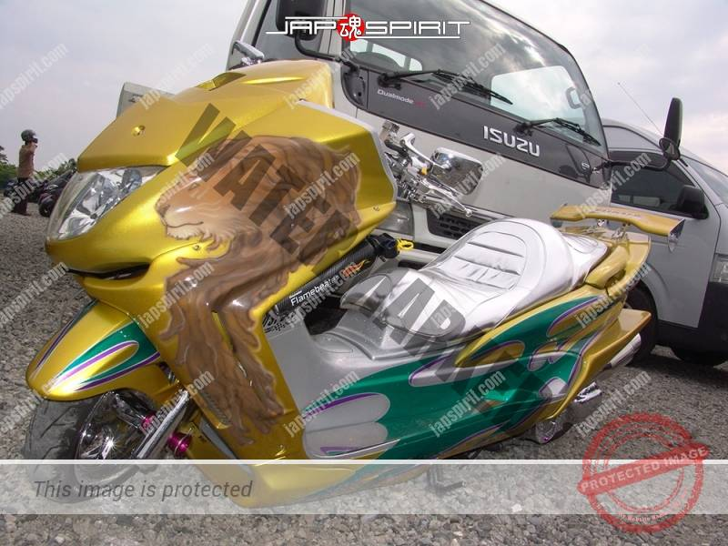 YAMAHA Majesty, gold color with lion air brush paint on front with shining sheet, team (3)