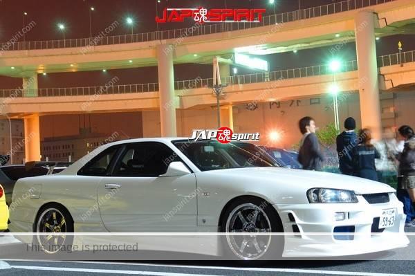 Photo of NISSAN Skyline R34, Spokon style, white body, beautiful aero fender line at Daikoku Parking