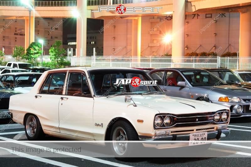 NISSAN Skyline 3rd 2000GT, seitoha style, white body 4 door at daikoku (2)