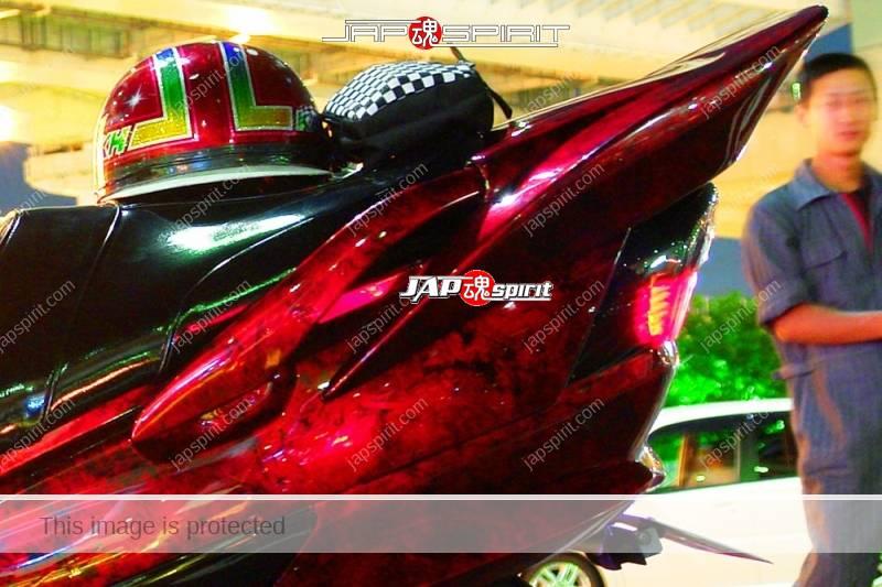 SUZUKI Skywave big scooter red plastic wrap paint at Daikoku PA (1)