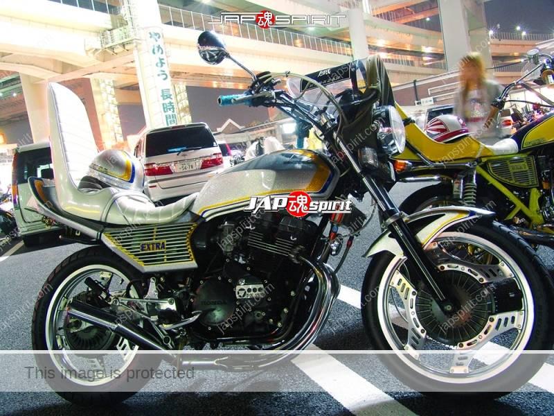 Photo of HONDA CBX400F silver color white sandan sheet oni handle team 旧二輪改造集団 風