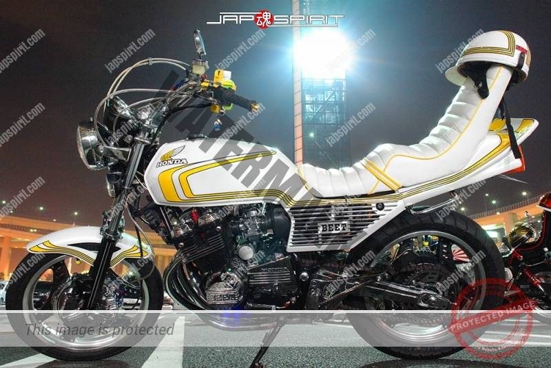 Photo of HONDA CBX400F white color yellow line  sandan sheet tsuppari tail at Daikoku PA