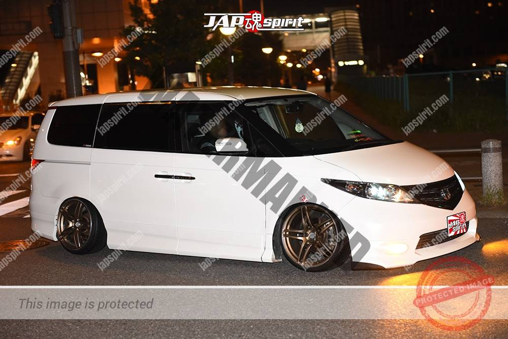 Photo of Stancenation 2016 Honda Elysion RR1 white body gold wheel at odaiba