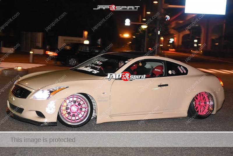 Photo of Stancenation 2016 Nissan skyline V36 beige body pink wheel hellaflush at odaiba